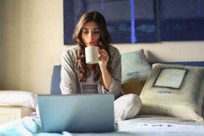 Práca z domu: Kde a ako zarábať pri vypĺňaní dotazníkov?